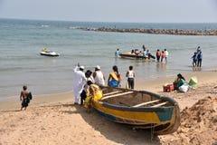 Езда шлюпки в пляже Vishakhpatnam стоковое изображение