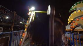 Езда шлюпки качания в парке атракционов акции видеоматериалы