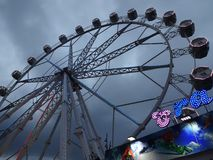 Езда Ferris парка атракционов катит внутри Барселону Испанию стоковая фотография
