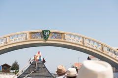 Езда ` Moliceiro ` через канал Сан Roque, перед мостом Carcavelos, Авейру Стоковое Изображение RF