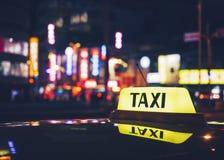 Ездите на такси обслуживание стоянки такси знака крышки на ночной жизни городка города ночи Стоковые Фото