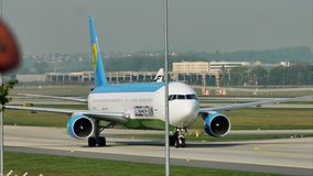 Ездить на такси авиалиний Узбекистана плоский в авиапорте Франкфурта, FRA сток-видео