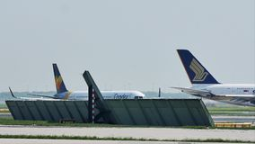 Ездить на такси аэробуса A380 Сингапура плоский в авиапорте Франкфурта, FRA