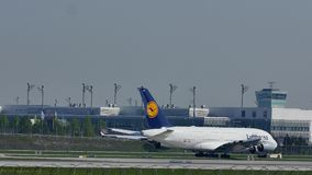 Ездить на такси Люфтганзы A380 плоский в авиапорте Мюнхена, снеге