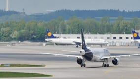 Ездить на такси новой ливреи Люфтганзы плоский в авиапорте Мюнхена, MUC видеоматериал