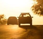 Езды автомобиля на дороге на заходе солнца Стоковое Изображение RF
