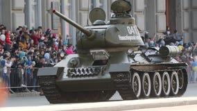 Езды армии танка военные на улице в параде, демонстрируя свою силу сток-видео