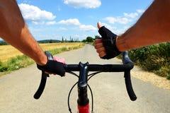 Езды велосипедиста на велосипеде дороги Стоковое Фото