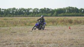 Езды гонщика Enduro велосипед motocross сток-видео
