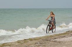 езды девушки bike пляжа Стоковое Изображение RF