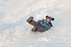 Езды мальчика на лед-шлюпке от скольжения снега стоковое изображение rf