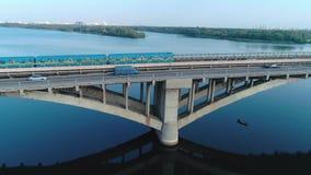 Езды метро над антенной моста видеоматериал