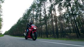 Езды мотоциклиста велосипед, управляя на дороге акции видеоматериалы