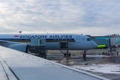 Ездя на такси аэробус A350-900 9V-SMF Сингапоре Аирлинес пассажирских самолетов к международному аэропорту Domodedovo стоковые изображения