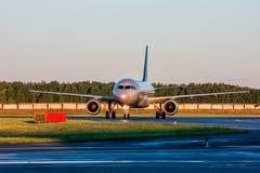 Ездя на такси самолет пассажира на раннем утре Стоковое Изображение RF