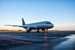 Ездя на такси самолет пассажира на рисберме авиапорта Стоковые Изображения RF