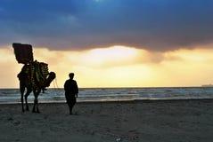 Езда верблюда на пляже Карачи clifton Стоковая Фотография