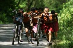 Езда велосипеда к дому Стоковое фото RF