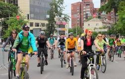 Езда велосипеда молодости через улицы города Стоковые Фотографии RF