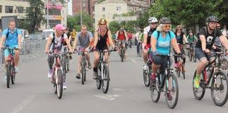 Езда велосипеда молодости через улицы города Стоковые Изображения RF