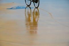 Езда велосипеда на пляже Стоковая Фотография RF