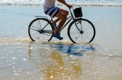 Езда велосипеда на пляже Стоковые Изображения RF