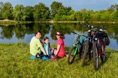 Езда велосипеда семьи outdoors, активные родители и задействовать ребенк Стоковое Изображение RF
