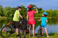 Езда велосипеда семьи outdoors, активные родители и задействовать ребенк Стоковое Изображение