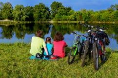 Езда велосипеда семьи outdoors, активные родители и задействовать ребенк Стоковые Изображения