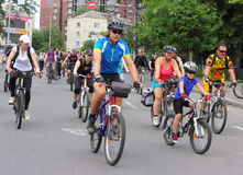 Езда велосипеда через улицы города Стоковое Изображение