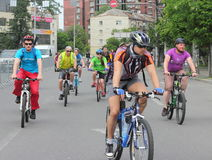 Езда велосипеда через улицы города Стоковая Фотография RF