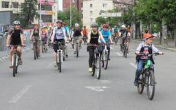 Езда велосипеда через улицы города Стоковое Фото