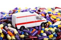 Езда игрушки автомобиля машины скорой помощи через пилюльки Стоковые Фото