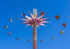 Езда качания стула сняла в голубом небе Стоковое Изображение
