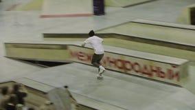 Езда конькобежца ролика с быстрым ходом, скачкой на трамплине Конкуренция в skatepark смелости акции видеоматериалы