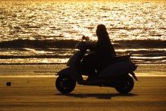 Езда пляжа вечера стоковая фотография
