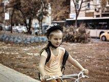 Езда ребенка на велосипеде тонизированное изображение Стоковое Изображение