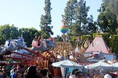 Езда слона летания Dumbo, Disnelyland, Анахайм, Калифорния стоковые фотографии rf