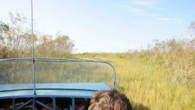 Езда с airboat через болотистые низменности