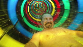 Езда человека в скольжении радуги видеоматериал