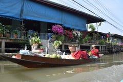 Езда шлюпки в плавая реке, Бангкоке Стоковые Фото