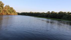 Езда шлюпки в реке видеоматериал