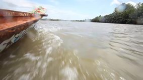 Езда шлюпки сценарная на реке Bangpakong сток-видео