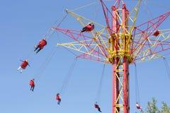 Езда людей на весьма высоком carousel Стоковые Изображения RF