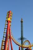 Езда carousel и русских горок качания на парке атракционов Стоковые Фотографии RF