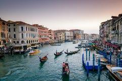 Езда condolas Венеции, Италия Стоковая Фотография
