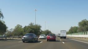 Езда 4k ОАЭ автомобильного движения времени дня ОАЭ видеоматериал