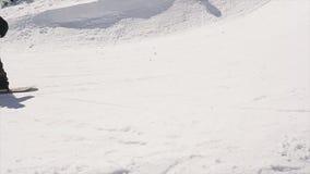 Езда Snowboarder на шарике хода трамплина в корзину баскетбола солнце смелости сток-видео