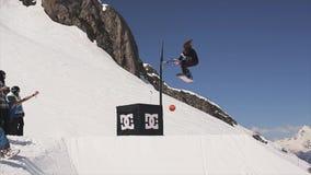 Езда Snowboarder на шарике хода трамплина в корзину баскетбола солнце смелости акции видеоматериалы