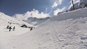 Езда Snowboarder на шарике хода трамплина между ногами failing смелости сток-видео